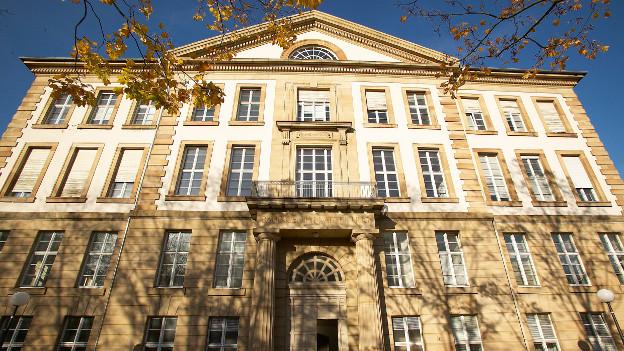 Die Außenfassade der Universität Karlsruhe.