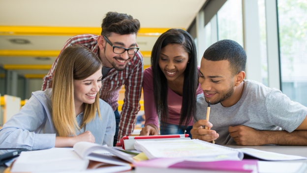 Internationale Studierende lernen gemeinsam in der Bibliothek.