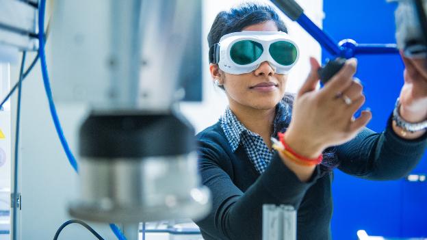 Forscherin arbeitet mit Schutzbrille im Labor.