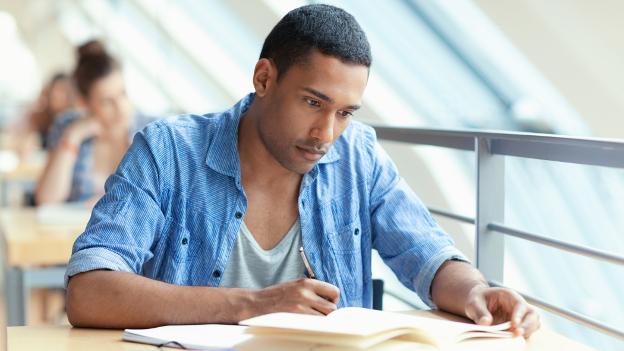 Studierender lernt in der Bibliothek.